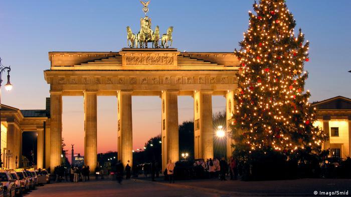 Deutschland Berlin Weihnachtsbaum Brandenburger Tor (Imago/Smid)