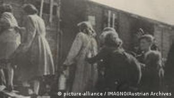 انتقال گروهی از زنان و کودکان یهودی از گتوی ورشو با واگن حمل گاو به اردوگاه تربلینکا در سال ۱۹۴۴
