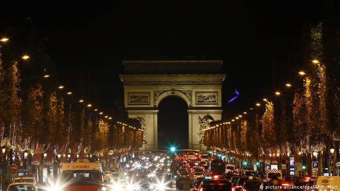 Paris - Weihnachtsbeleuchtung auf den Champs-Elysees (picture-alliance/dpa/AP/F. Mori)