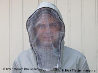 Ein Mann in einem weißen Schutzanzug (Foto: Miriam Klaussner)