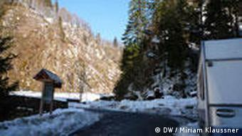 Auf einem Parkplatz im Wald steht ein Wohnwagen (Foto: Miriam Klaussner)