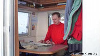Weiner sitzt im Wohnwagen vor seinem Laptop (Foto: Miriam Klaussner)