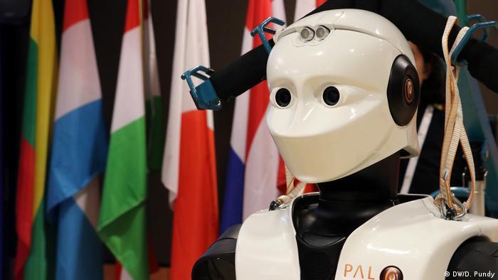Brüssel - EU Robotics Week: Roboter Tiago vor Europaflaggen