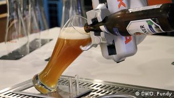 Brüssel - EU Robotics Week: Ein Roboter, der Bier ausschenkt