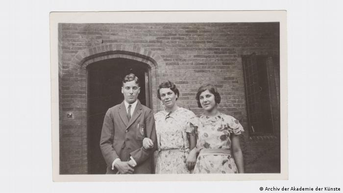 Michael, Julia an Judith Kerr stand outside a brick building sometimes between 1935-1940 (Archiv der Akademie der Künste)