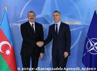 Генеральный секретарь НАТО Йенс Столтенберг (справа) и президент Азербайджана Ильхам Алиев