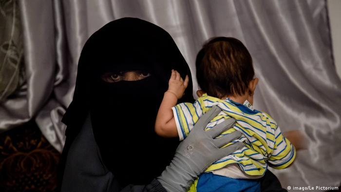 Tunesien verschleierte rau mit Kind