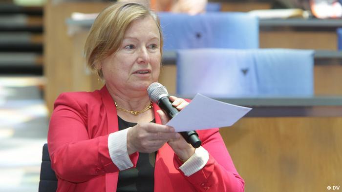 Amanda Bennett speaking at DW's Global Media Forum in 2017