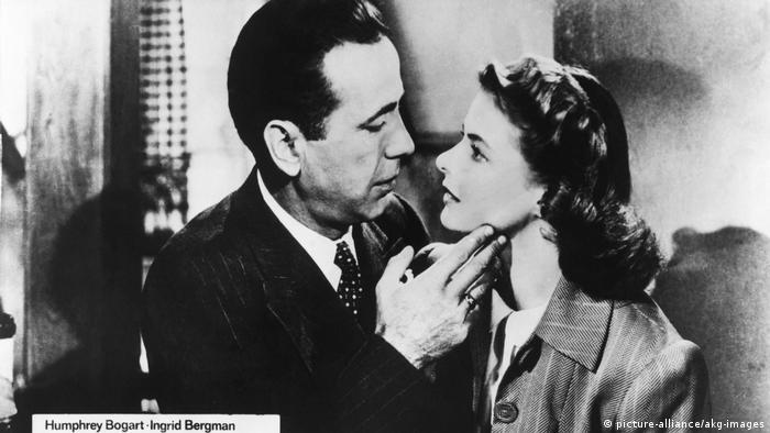 Humphrey Bogart schaut Ingrid Bergman tief in die Augen