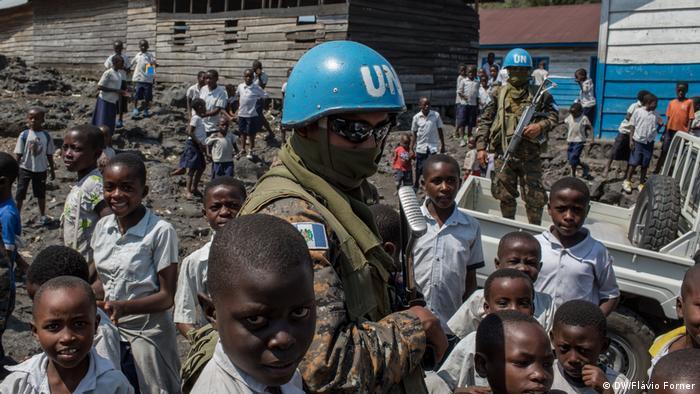 Crianças cercam soldado da ONU na República Democrática do Congo