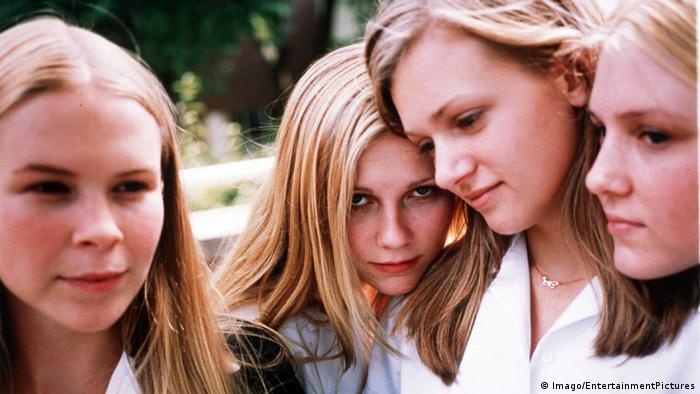 Film still from The Virgin Suicides - four young girls (Imago/EntertainmentPictures)