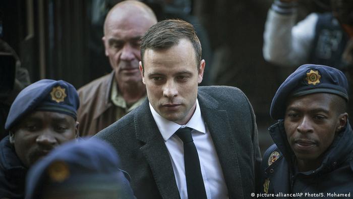 Oscar Pistorius erreicht in Begleitung der Polizei ein Gericht in Pretoria, Südafrika (Foto: picture-alliance/AP Photo/S. Mohamed).