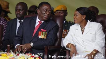 Emmerson Mnangawa na mkewe Auxillia uwanjani Harare