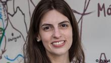 TitelLehrerporträt Anita aus Paraguay BeschreibungDeutschlehrerin Anita aus Paraguay, gekleidet in eine weiße Bluse , steht vor einer Zeichnung auf Kartonpapier, die im Hintergrund zu sehen ist. CopyrightPrivat EinschränkungNur im Zusammenhang mit dem Lehrerporträt verwenden