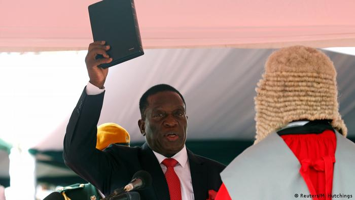 Emmerson Mnangagwa being sworn in (Reuters/M. Hutchings)