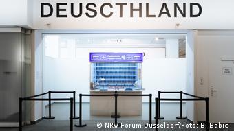 Passport check at the exhibition (NRW-Forum Düsseldorf/Foto: B. Babic )