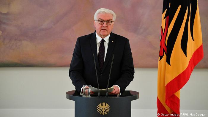 El presidente de Alemania, Frank-Walter Steinmeier, pidió una reunión con el bloque conservador y el socialdemócrata, que se realizará la semana que viene. Fuentes de la presidencia informaron de la convocatoria, que podría tener lugar el próximo lunes o martes, cuestión ésta aún por concretar. (24.11.2017).