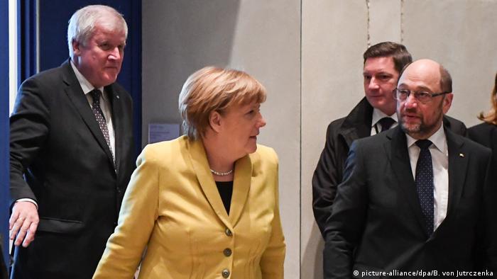 Merkel ao lado do social-democrata Schulz. Ao fundo, presidente do partido conservador da Baviera, Horst Seehofer (e)