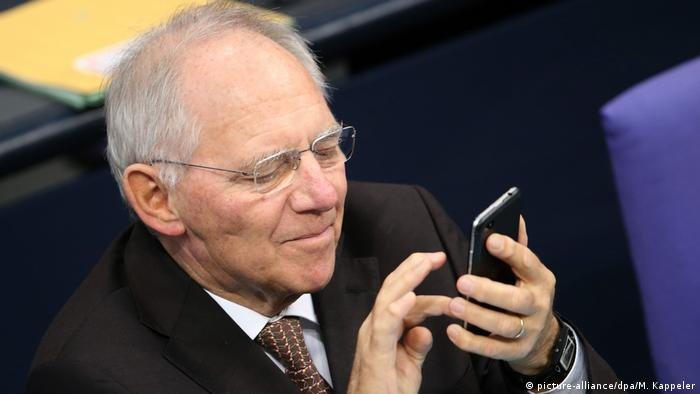 Wolfgang Schäuble mit Smartphone (picture-alliance/dpa/M. Kappeler)