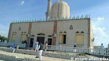 Muslimische Gläubige stehen am 24.11.2017 in Bir al-Abd in der Nähe der Provinzhauptstadt Al-Arisch (Ägypten) vor der al-Rawdah-Moschee, die am 24.11.2017 Ziel eines Anschlags wurde. Angreifer legten nach Angaben aus Sicherheitskreisen mehrere Sprengsätze um die Moschee und zündeten sie, als die Gläubigen nach dem Freitagsgebet herauskamen. (zu dpa «Zahlreiche Tote und Verletzte bei Anschlag auf Moschee in Ägypten» vom 24.11.2017) Foto: -/dpa +++(c) dpa - Bildfunk+++ | Verwendung weltweit
