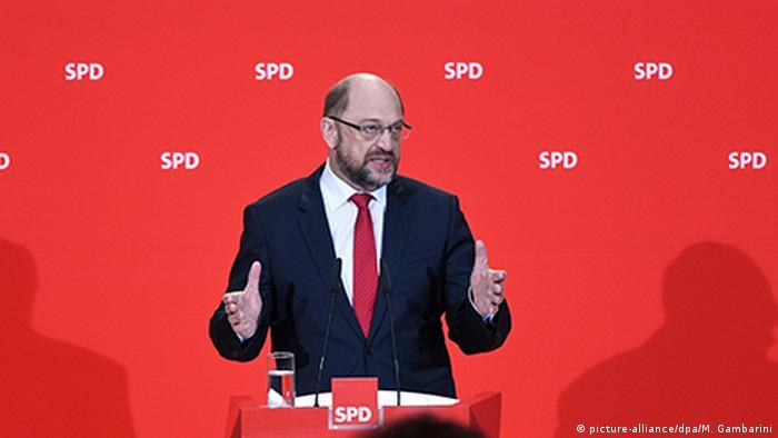 El líder del Partido Socialdemócrata alemán (SPD), Martin Schulz, anunció hoy que preguntará a las bases si están dispuestas a reeditar junto al bloque conservador de Angela Merkel la gran coalición. Schulz convocará una votación para consultar esa opción, a la que viene negándose desde las elecciones del pasado 24 de septiembre. (24.11.2017).