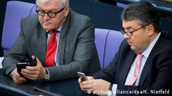 Deutschland Handy im Bundestag (picture alliance/dpa/K. Nietfeld)