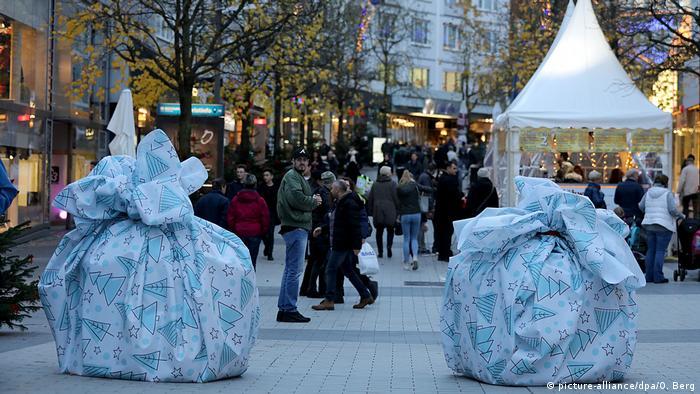 Noel pazarları sıkı güvenlik önlemleriyle açıldı
