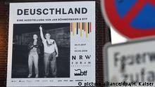 Ein Banner wirbt am 23.11.2017 am Gebäude des NRW Forums in Düsseldorf (Nordrhein-Westfalen) für die Austellung Deuscthland. Ab dem 24.11.2017 ist die Austellung des Satirikers Jan Böhmermann für die Öffentlichkeit zu sehen. (ACHTUNG: Nur zur redaktionellen Verwendung im Zusammenhang mit der Berichterstattung zur Ausstellung; keine Crops) Foto: Henning Kaiser/dpa +++(c) dpa - Bildfunk+++ | Verwendung weltweit