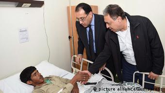 Ägpyten Anschlag Premierminister Mostafa Madbouli besucht Verletzte im Krankenhaus (picture alliance/Zumapress)