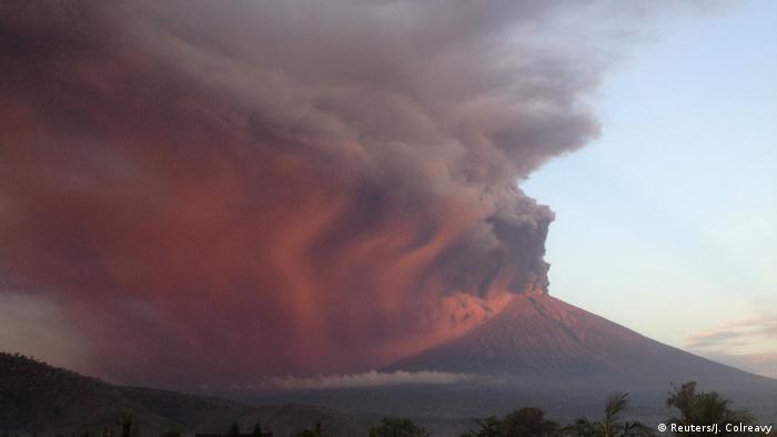 Вулкан Агунг на Балі: стовп попелу висотою в чотири кілометри