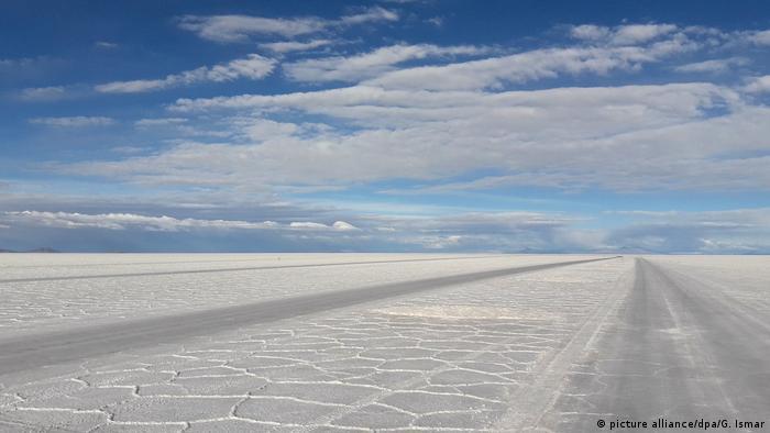 El Salar de Uyuni, la reserva de oro blanco de Bolivia. (picture alliance/dpa/G. Ismar)