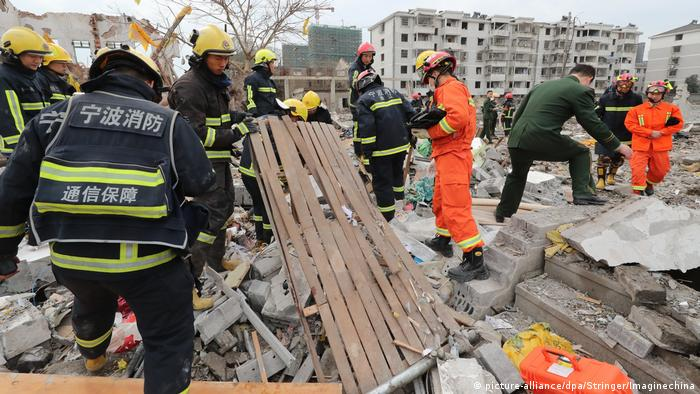Chinese rescuers search for victims and survivors at the site of an explosion in Ningbo city (picture-alliance/dpa/Stringer/Imaginechina)