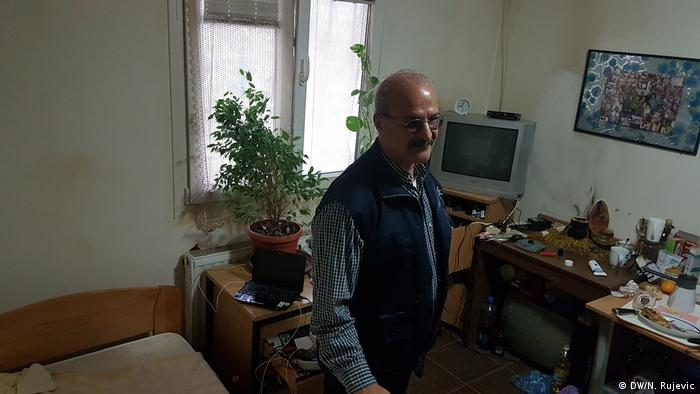 Safaa Alobaidi in his room at the asylum center (DW/N. Rujevic )