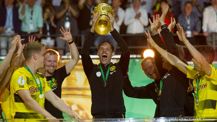 Tuchel holds aloft the German Cup in 2017 (picture-alliance/SvenSimon/E. Kremser)