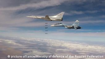 Russian Tu-22M3 on a bombing run over Syria (picture-alliance/Ministry of defence of the Russian Federation)