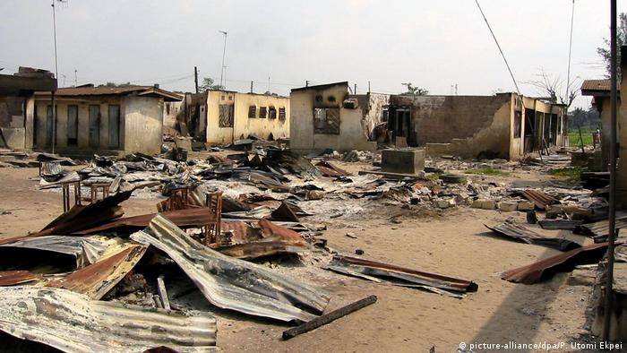 Battered houses and rubble in Warri (picture-alliance/dpa/P. Utomi Ekpei)