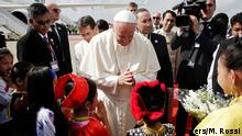 27.11.2017+++ Pope Francis is welcomed as he arrives at Yangon International Airport, Myanmar November 27, 2017. REUTERS/Max Rossi