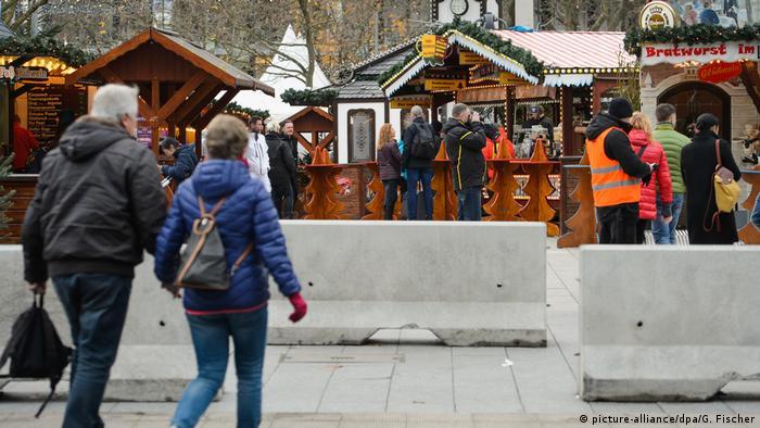 635d26880f283 Placas de concreto reforçam a segurança na feira. Elas impedem a entrada de  veículos no mercado de Natal em Berlim