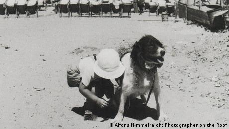 Black-and-white photo of a child and dog (Photo: Alfons Himmelreich: Photographer on the Roof)