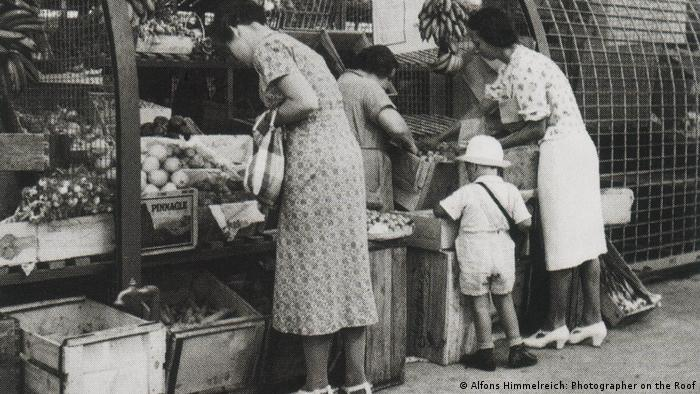 Black-and-white photo of people at a market (Photo: Alfons Himmelreich: Photographer on the Roof)