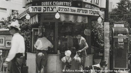 Black-and-white photo of a newspaper stand in Israel (Photo: Alfons Himmelreich: Photographer on the Roof)