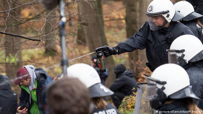 Police spray activists with pepper spray in Hambach Forest (picture-alliance/dpa/M.Becker)