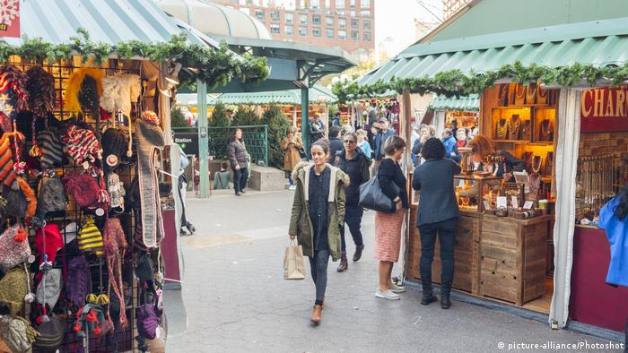 Shoppers check out the stands at the Union Square Holiday Market in New York City (picture-alliance/Photoshot)
