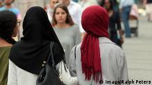 Deutschland, Muslima mit Kopftüchern spazieren in der Innenstadt Münchens