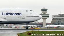 ARCHIV - Eine Boeing 747-400 der Lufthansa landet am 02.11.2017 auf dem Flughafen Berlin-Tegel. Die Fluggesellschaft setzt im November auf einem einstündigen Flug zwischen Frankfurt und Berlin ein Großraumflugzeug ein. (zu dpa Preisexplosion für Flugtickets: Kartellamt prüft Lufthansa vom 24.11.2017) Foto: Wolfgang Kumm/dpa +++(c) dpa - Bildfunk+++ | Verwendung weltweit
