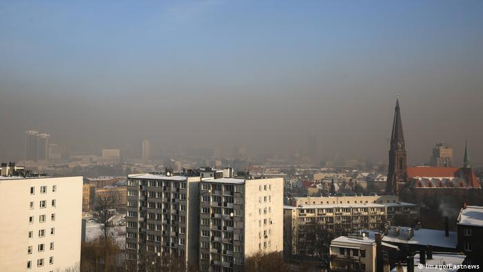 An aerial photo of the town of Kattowice covered in smog