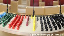 Die Sitzverteilung im bayerischen Landtag wenn jetzt Landtagswahl wäre (Umfrage vom 12.01.2011) laut Infratest - dimap im Auftrag des Bayerischen Rundfunks (r-l, Linke 4 %, B90/Grüne: 17%, SPD: 17%, FW: 4%, FDP: 6%, CSU 46%, (nicht dargestellt: Sonstige 6%)), fotografiert am Freitag (11.03.2011) in München (Oberbayern) im Plenarsaal des Bayerischen Landtags auf dem Rednerpult im Maximilianeum. Foto: Felix Hörhager dpa/lby | Verwendung weltweit