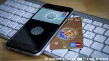 An iPhone and a debit card are seen on November 2, 2017. (Photo by Jaap Arriens/NurPhoto)   Keine Weitergabe an Wiederverkäufer.