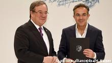 NRW Ministerpräsident Armin Laschet (l) überreicht dem Autor Navid Kermani (r) am 27.11.2017 den NRW-Staatspreis in Köln (Nordrhein-Westfalen). Foto: Henning Kaiser/dpa | Verwendung weltweit
