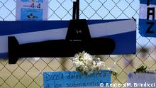 27.11.2017 +++ A bouquet of flowers and banners in support of the 44 crew members of the missing at sea ARA San Juan submarine are placed on a fence outside an Argentine naval base in Mar del Plata, Argentina November 25, 2017. The banner below reads God, give strenght to the submariners. REUTERS/Marcos Brindicci